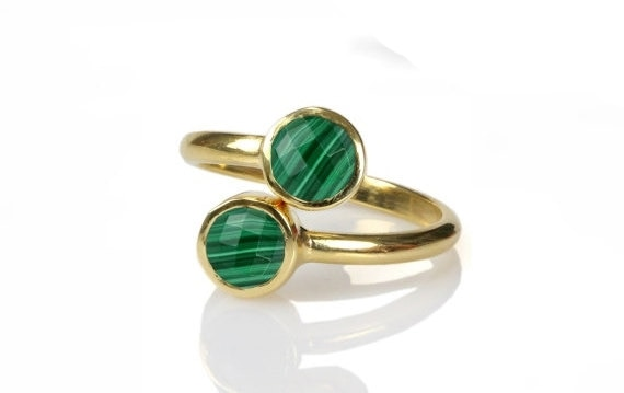 Adjustable Round Malachite Bezel Set Charm RINGS For Women/Verstellbare runde Malachit-Lünette Set Charm RINGS Für Frauen/Ensemble de Lunette de Malachite Ronde Réglable With a goal to give greatest fulfillment to our customers, we offer the best quality combination of Malachite Bezel Set Ring. These ring are outlined by our talented experts utilising quality-tried fundamental materials with magnificent gold plating. Offered earrings are generally worn amid different gatherings, relational unions, celebrations and different events to get satisfying look. Moreover, these Malachite Bezel Set Ring are accessible with us in various styles, outlines, sizes and shapes at sensible costs.   Product Details : Gemstone -  Malachite Gemstone Size - 6 mm Shape - Round Size - Adjustable