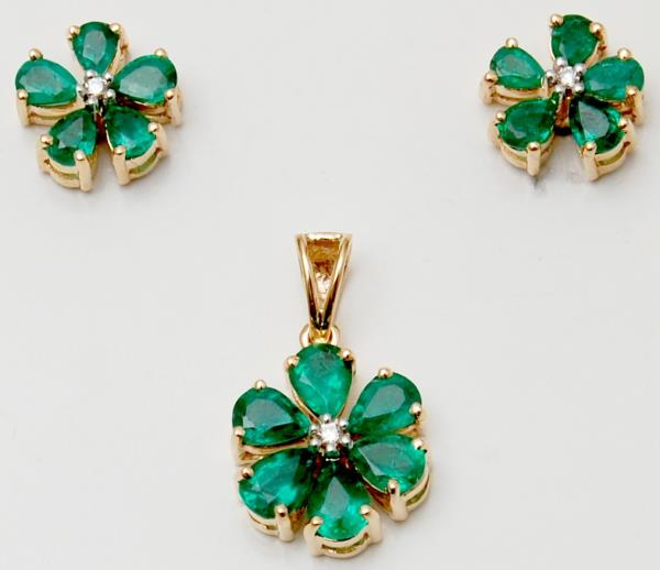 Pear Cut Emeralds Studded Flower Pendant Earring Gold Set