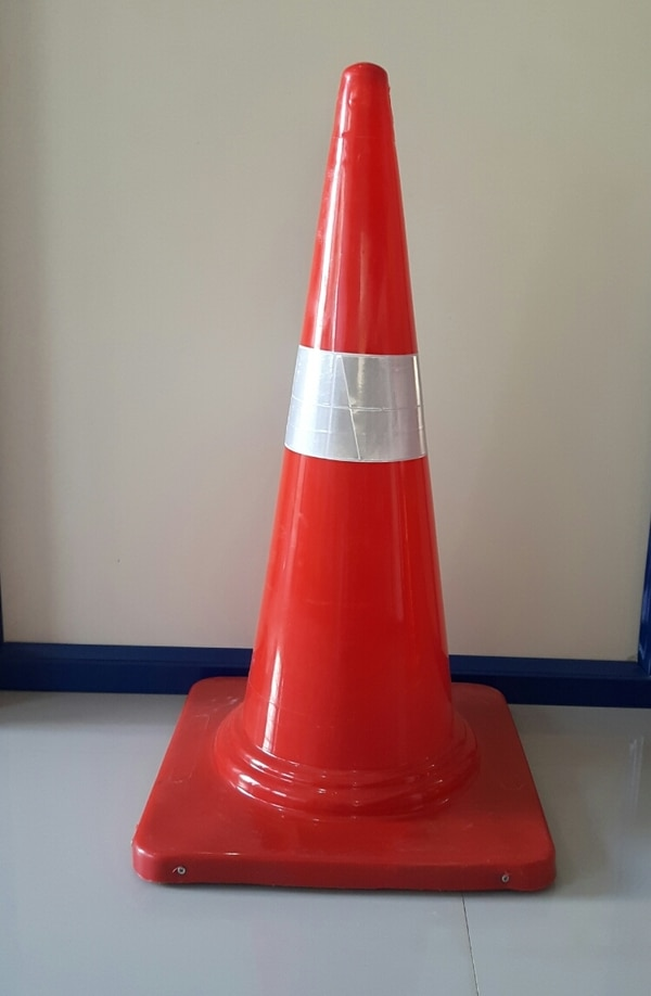 Size: 750MMH*400MM Base. weight: 3.5kg Approx. Safety Cone: In addition to these road safety benefits, these cones are also used for reserving    . parking area or highlighting a possible site of danger such as Slippery floor. . They are also used by event management companies to highlight special parking and exit areas such as VIP parking and vehicle exit route after the end of an event. . They are also used at road sites where repair or construction work is going on so that the oncoming traffic can be communicated about work-in-progress so that lives of workers at site are protected at all times.Used Area:Airport/Apartments/Mall/Commercial Complex/Industrial Area/Office/IT Campus/Public Road/School Campus/Hotels/Resorts/Hospitals/Construction Area